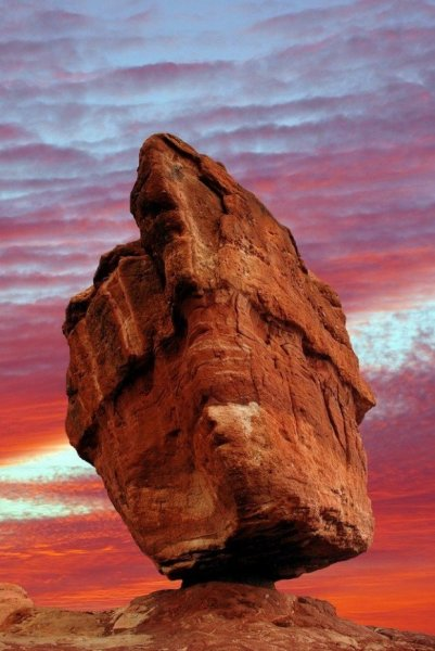 balanced rock in the garden of gods, colorado
